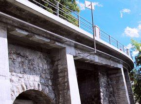 Lehnenkonstruktionen und Unterführung an der Strasse von Glion